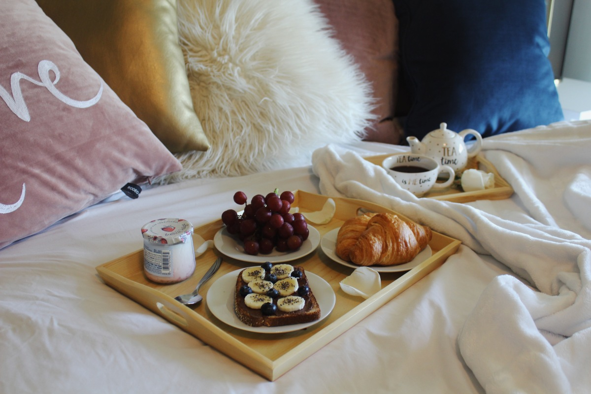 Breakfast in bed. Wood tray setreview.